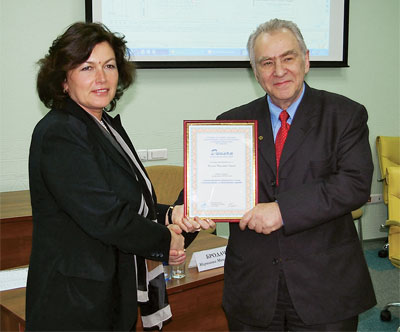 Вице-президент НП «АВОК» М. М. Бродач вручила В. Н. Карпову диплом лектора мастер-класса «АВОК»